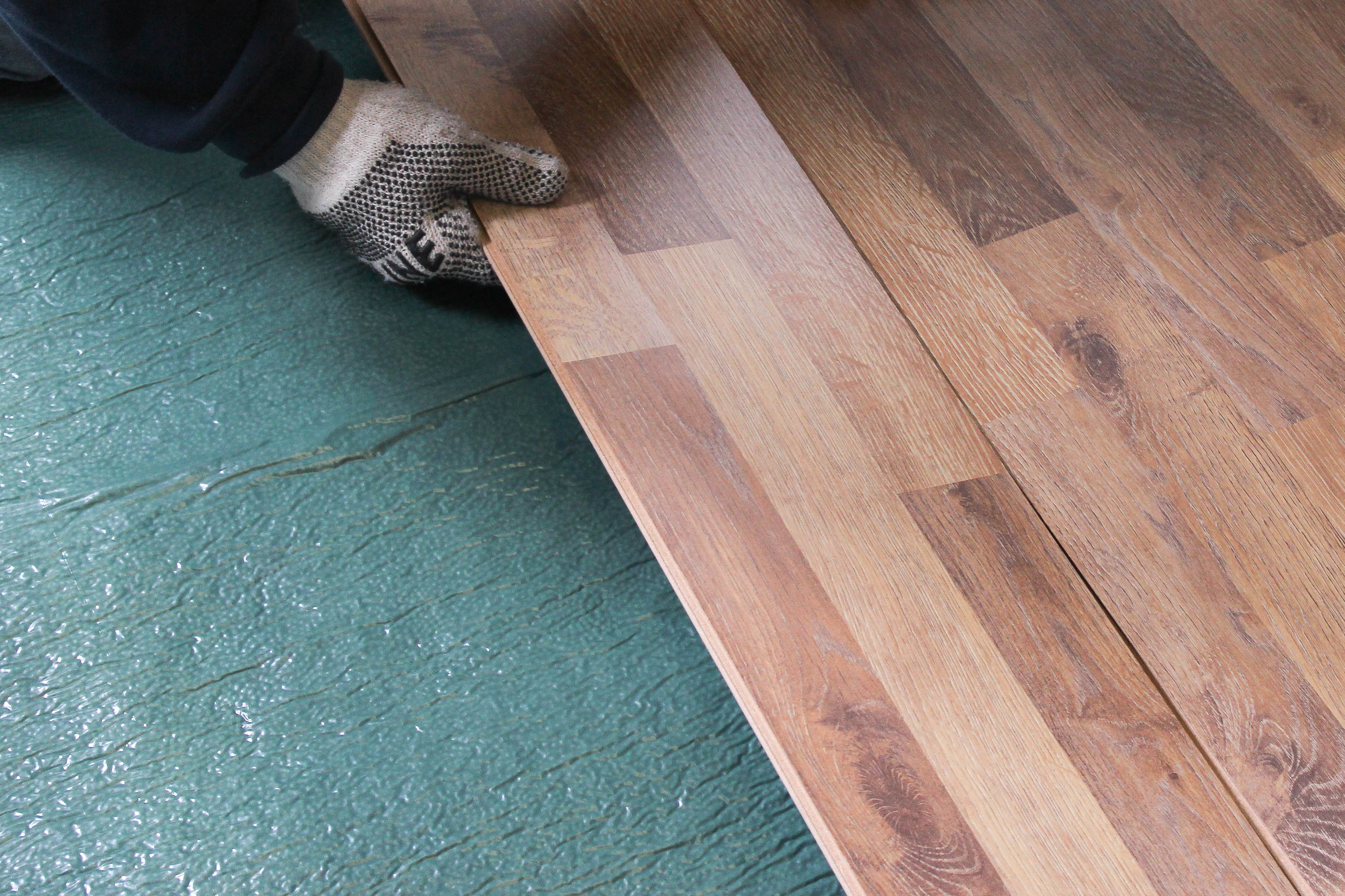 How does laminate flooring click together?