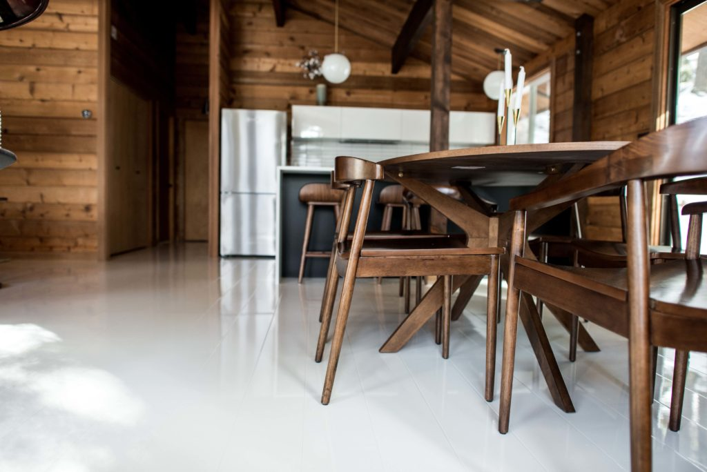 White High Gloss Laminate Flooring Cabin